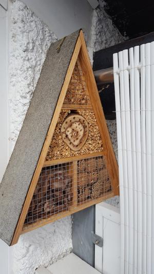 Insektenhaus an der Hauswand